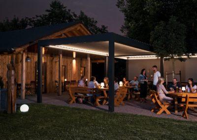 Lamellendach mit Beleuchtung im Gastronomiebereich
